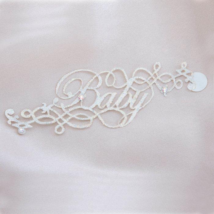 bijoux de peau baby blanc fond satin
