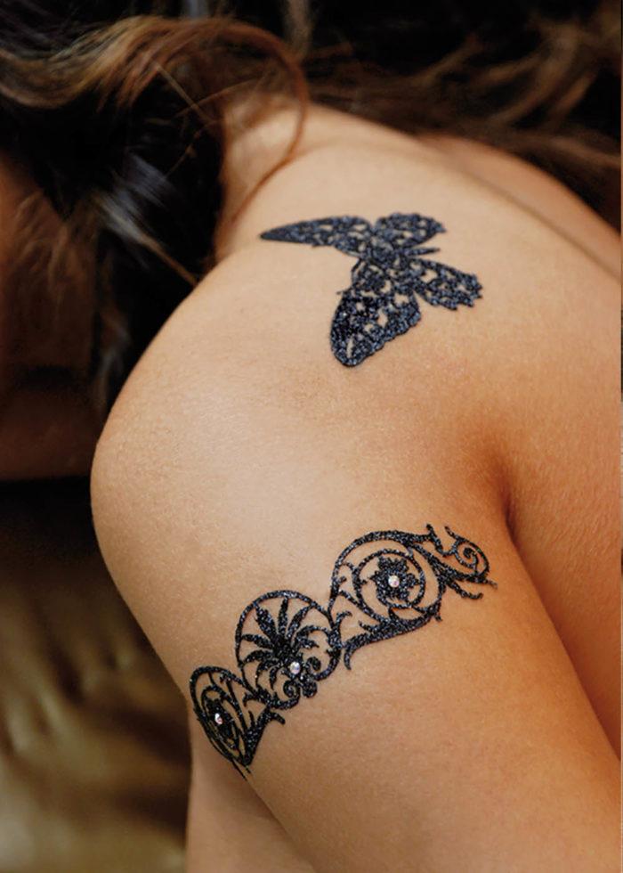 Tatouage Autocollant Paillettes Cléopatra noir porté