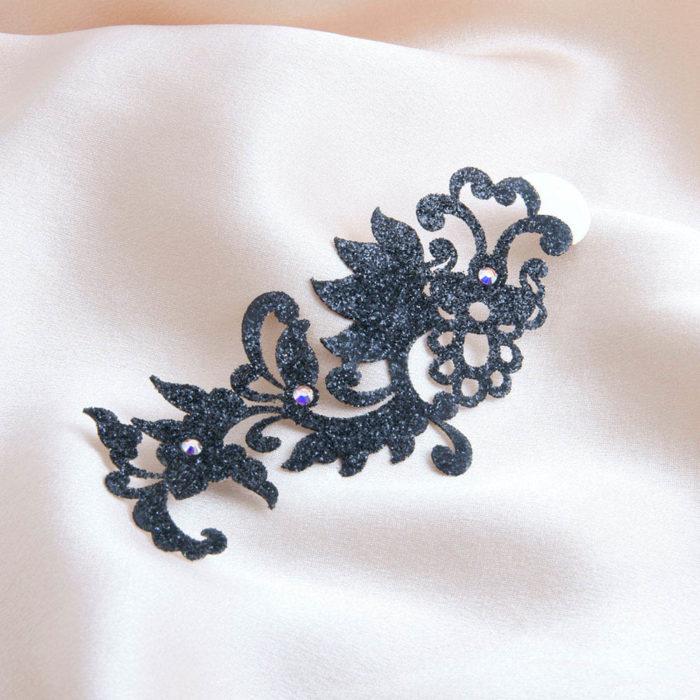 bijoux de peau dragon flower noir fond satin