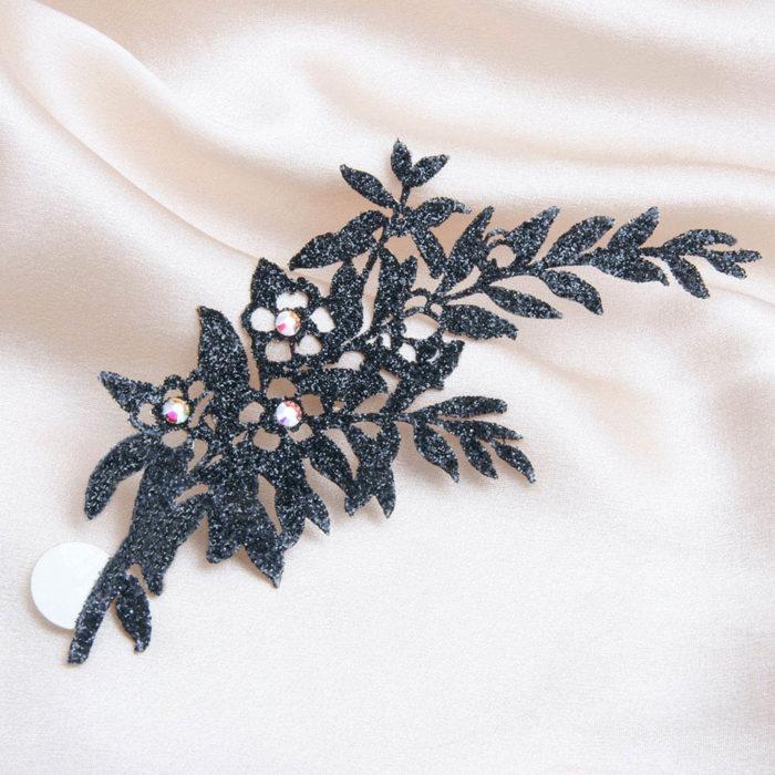 bijoux de peau geisha noir fond satin