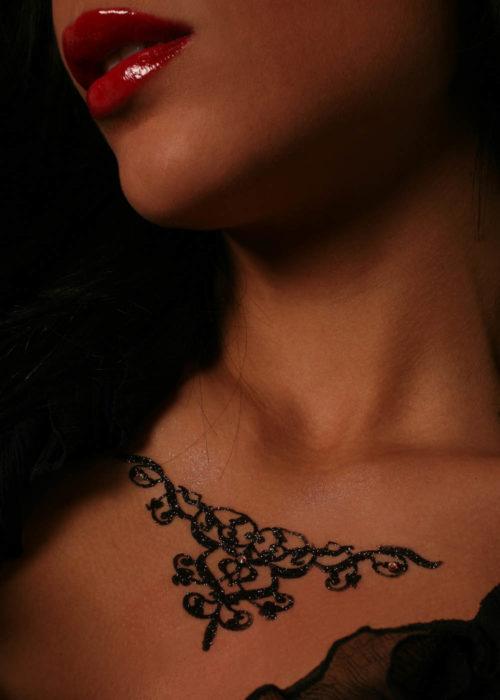 Bijoux Tattoo Autocollant Granadabijoux de peau granada noir porté