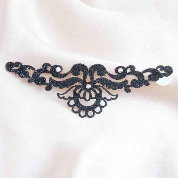 bijoux de peau magic lotus noir fond satin