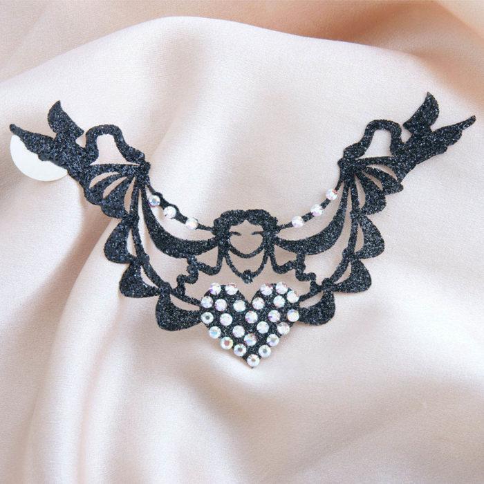 bijoux de peau inventrice marquise de pompadour noir fond satin