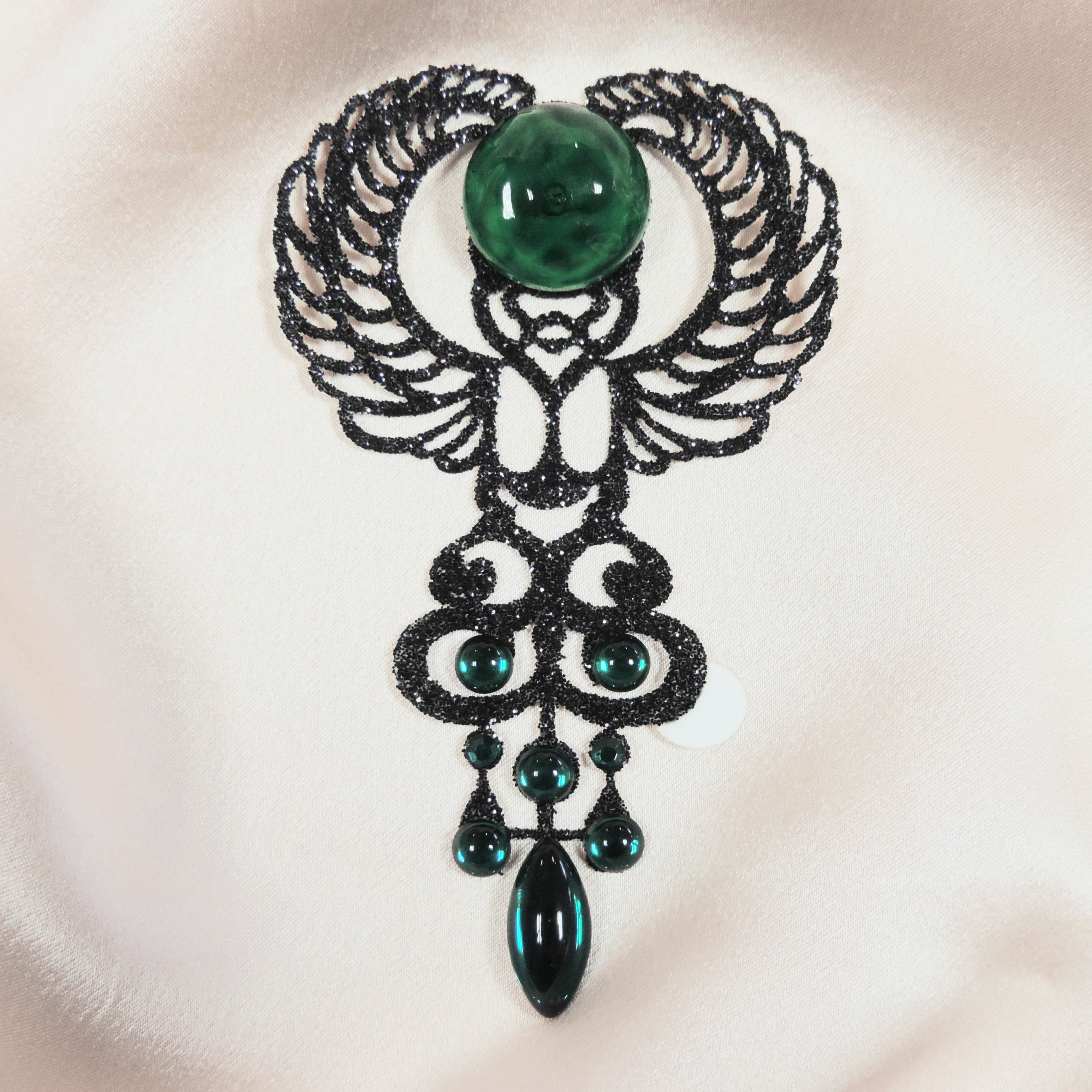 bijoux de peau animaux nefertiti noir fond satin