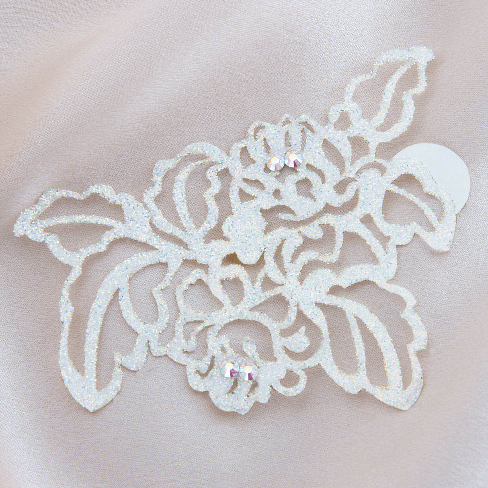 bijoux de peau queen elisabeth blanc fond satin