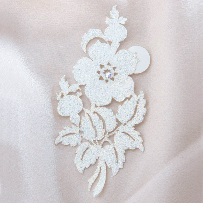 bijoux de peau queen victoria blanc fond satin